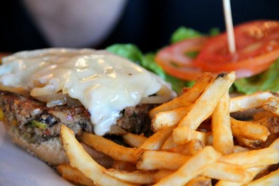 Puoliskoni burgeri. Paikasta sai kasvisburgereita soijajuustolla.