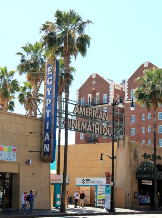 Egyptiläinen teatteri melkein vastapäätä Kiinalaista teatteria.