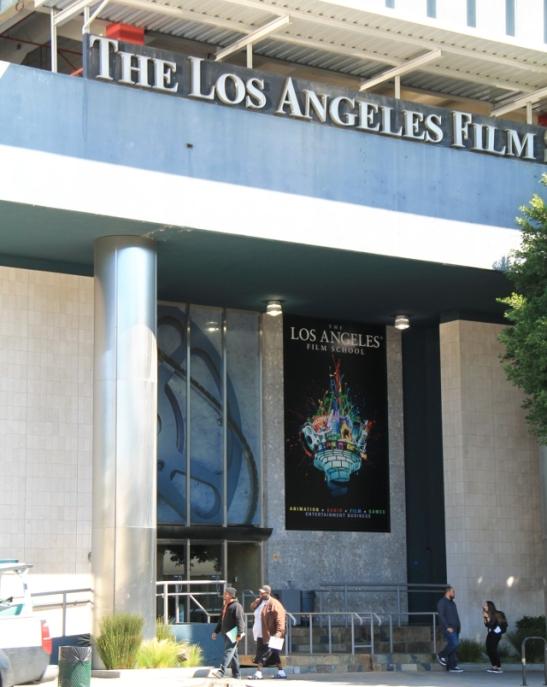 Varmaan monessa Hollywoodin rakennuksessa on elokuvateollisuuteen liittyvää toimintaa, vaikkei tällä tavalla se lukisikaan seinässä.