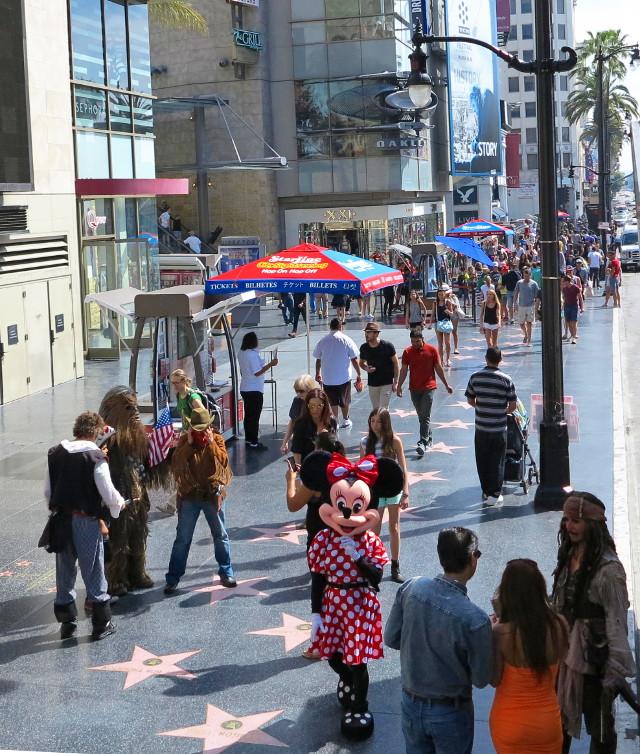 Ihmisiä näkee tämän verran kaduilla vain Hollywood Boulevardilla Kiinalaisen teatterin lähellä, muualla aina yleensä vähemmän.