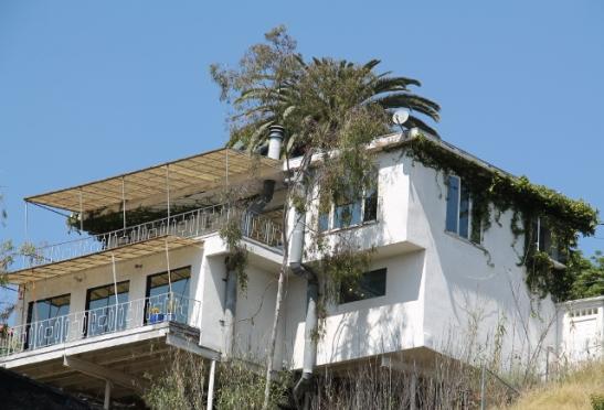 Yksi esimerkki West Hollywoodin mäenrinteiden taloista.