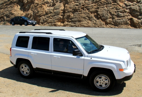 Tämmöisellä autolla lähdimme liikenteeseen. Automaattijeeppi neljälle. Vuokra kuukaudelta vissiin jotain 1.500 $ Alamolta.