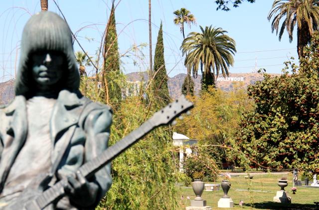 Johnny Ramonen muistomerkki.