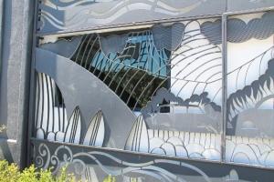 Koristeelliset kalterit ikkunan suojana. Muutoin ainakin Hollywoodissa tuli huomattua että monista rakennuksista tuntuivat ikkunat puuttuvan tyystin.