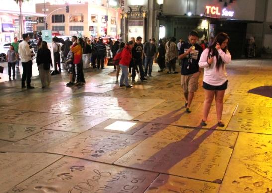 Kuuluisuuksien kädenjäljet Kiinalaisella teatterilla Hollywood Boulevardilla.