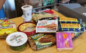 Ostoksia Walgreensilta, mukana myös eväitä seuraavan päivän LA-SF -junamatkaakin varten. Jugurttia, salaattia, hummusta, guacamolea, kasvisnakkeja ja -makkaroita, aamiaisburritoja, dippivihanneksia ja vegaanijuustoa.