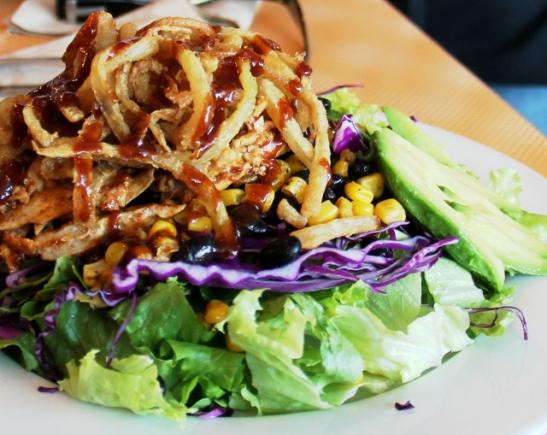 Söin salaattia ranch-kastikkeella, avokadolla ja tuossa päällä taisi olla jotain paistettua sipulihommelia.