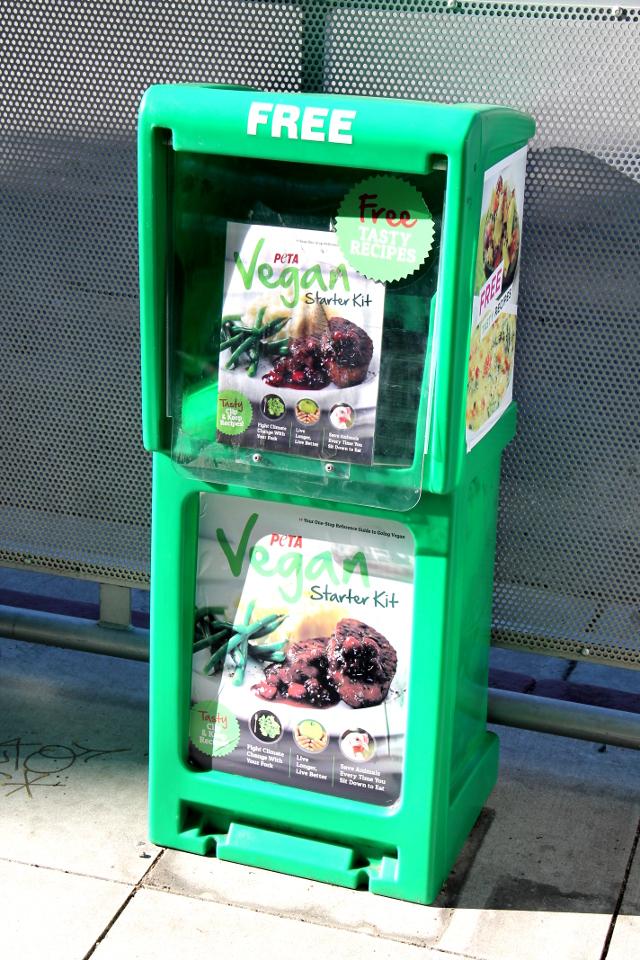 Santa Monica Boulevardilta löytyi muiden lehtitelineiden joukosta PETAn Vegan starter kit. Hollywoodissa on superhelppoa olla vegaani, kaikkialla tuntui olevan vegaaniannokset tarjolla ja kasvisravintoloita oli.