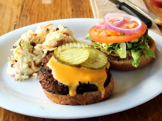 Veggie grillin burgerin pihvi oli jopa liian jauhelihaisen makuinen (en edes lapsena tykännyt jauhelihasta kun olin vielä lihansyöjä).