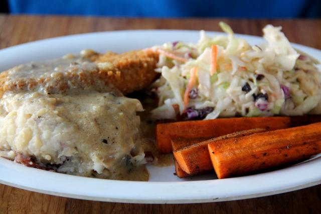 Veggie Grillin Crispy Chickn´Plate. Loistava feikkilihapiffi, muussia, coleslawta, grilliporkkanoita ja soossia.