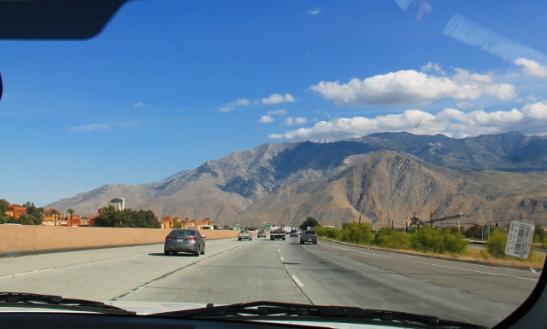 Ehkä 20 km ennen Palm Springsiä oli vasemmalla joku outlet-kauppoje alue ja kasino.