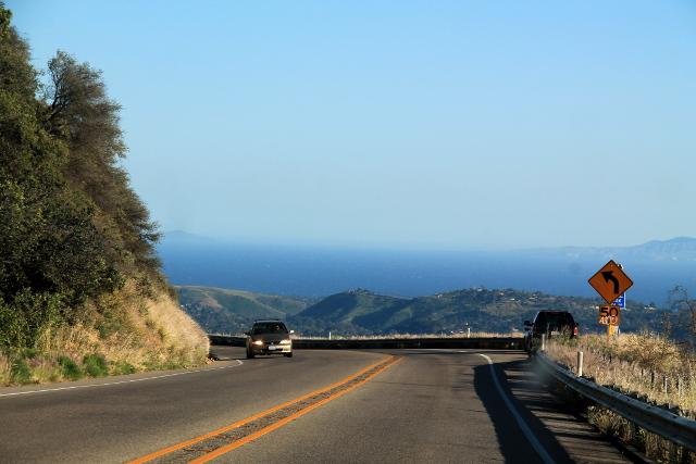 Santa Barbaraan laskeuduttiin kukkuloilta. Kaupungin tienoilla pystyi merellä näkemään öljynporauslauttoja.