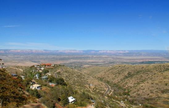 Jerome rinteellä vasemmalla. Olisihan se ollut helpompi rakentaa laaksoon, mutta sitten maisemat olisivat erilaiset.