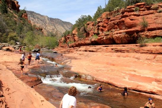 Kallioon oli muodostunut luonnon vesiliukuratoja.