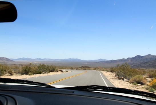 Edessä Colorado- aavikkoon kuuluva tasainen laakso.