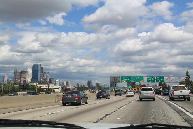 Tie halki Los Angelesin. Vasemmalla Downtownin korkeita rakennuksia.