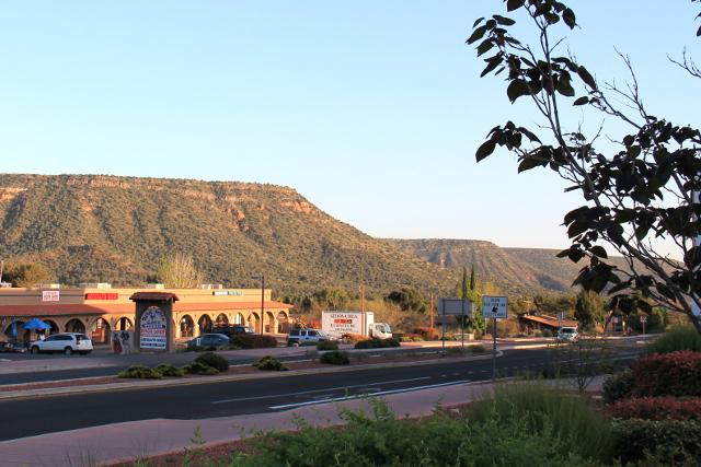 Oak Creekissä on tällaisia tasapäisiä kukkuloita, joita muutoin Arizonassa ja Utahissa näkyi paljon.