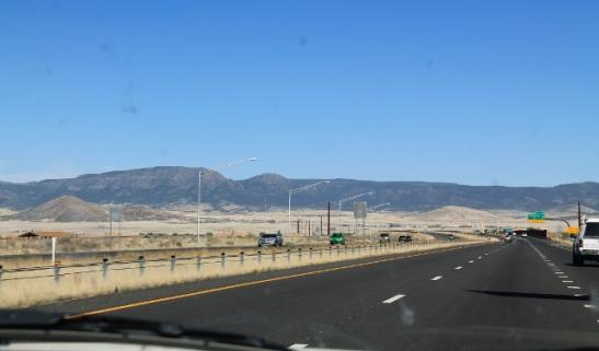 Yhtäkkiä Prescottin ylänkömetsien jälkeen laskeuduttiin Prescott Valleyhyn, jossa oli monia asuinalueita aavikon keskellä.