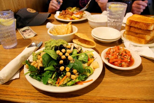 Ja Yucca Valleyssa kävimme eka kerran Sizzlerissä syömässä, kuten muutama kerran myöhemminkin reissun aikana. Ravintolaketjun salaattibuffasta löytää vegaani hyvin ruokaa: paljon erilaisia salaattivihanneksia, guacamolea, tacoja, salsaa, ruskeita papuja ja muita papuja, salaattisekoituksia jne.