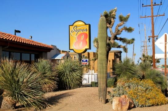 Yucca Valleyssa majoituimme Super 8-ketjun motelliin, kuten hyvin monta kertaa myöhemminkin reissun aikana.
