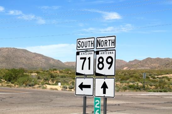 Tienviitat. Ajoimme 60-tien jälkeen vähän aikaa 71-tietä ja sitten 89-tielle.