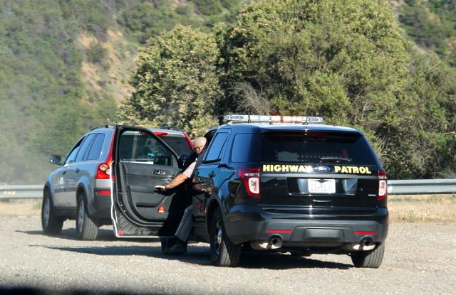 Telkkarista tuttu homma: amerikkalainen poliisi pysäyttää auton ja kuskin pitää muistaa pysyä autossa tai tulee luodista. Kädet myös pitäisi pitää ratissa ja mitäs näitä ameriiikan käytäntöjä onkaan. Kartanlukijakaan ei saa kaljoitella.