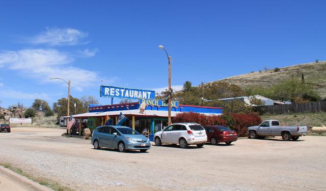 Kiva oli kumminkin, että pikkukylän ravintolassa oli sateenkaarilippu.