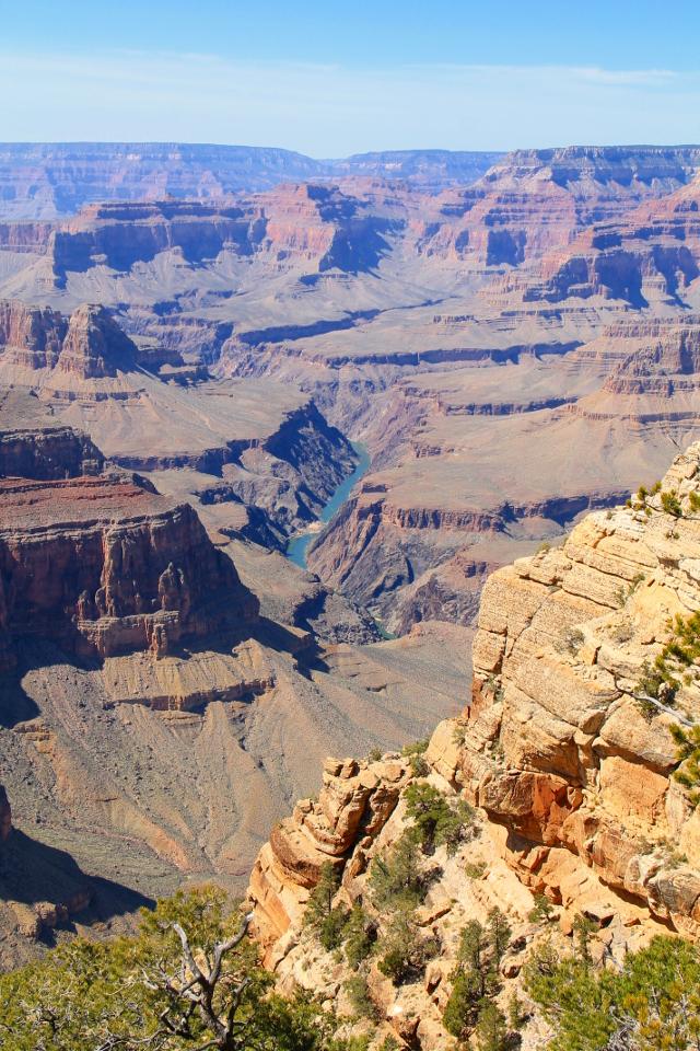 Coloradojoki pilkahtaa kanjonissa.