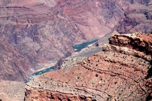 Coloradojoki zuumattuna kaukaa ylhäältä.