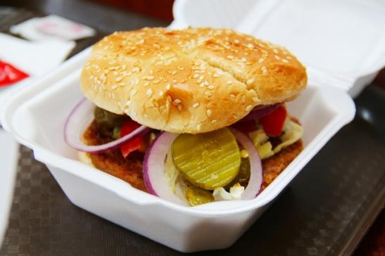 Flagstaffin kauppakeskuksen food courtissa sai vegaaniburgeria ja vieläpä tosi hyvää sellaista. Tsekkasimme Gardenburgerin piffiainekset. Yleensäkin sanoisin että parhaat kasvisburgerit olen syönyt kunnon rasvaisissa pikaruokaloissa ja grilleissä. Sämpylän kuuluu olla höttöistä ja lättänää, ei mitään kovaa kokojyvää. Burgerin pitää painua kasaan. Onneksi tässä burgerissa sisälle sai vihanneksia ettei ollut ihan riisuttu versio.