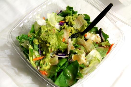 Iltapalaksi syötiin motellihuoneessa vielä salaattia niin kuin useimpina muinakin matkan iltoina. Tässä valmissalaatinlehtisekoitusta, pinaattia, guacamolea ja jotain valmissalaatinkastiketta. Useimmiten tässä olisi ollut mukana vielä vegaaninakkeja, valmismaustettua tofua tai papuja.