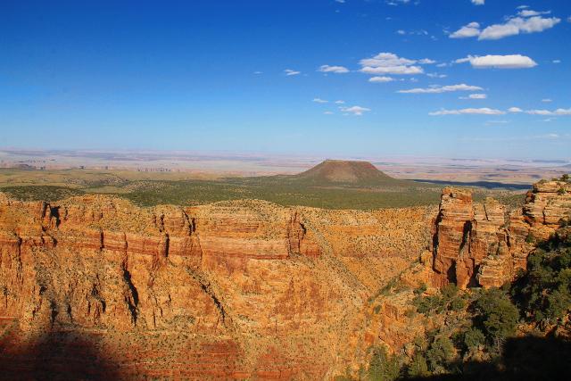 Kraatterin näköinen nyppylä kanjonin yläpuolella olevalla tasanteella.