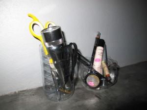 Tykötarpeet pulloista leikatuissa purkeissa.
