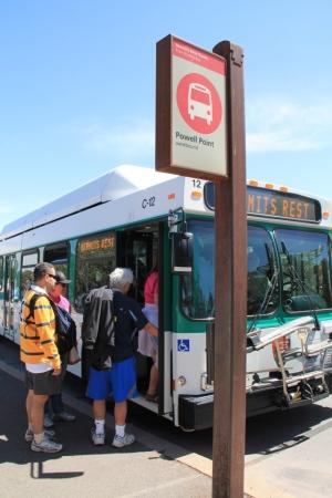Shuttle bussilla on kolme reittiä, jota se kulkee. Voi hypätä kyydistä, kävellä ja hypätä kyytiin seuraavalla pysäkillä (tosin paluumatkoilla bussit eivät aina pysähdy joka pysäkillä). Huhtikuussa busseihin joutui jo jonottelemaan, millaistahan olisi ruuhkasesonkina?