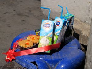 Thaimaassa on kummallisia tapoja. Monet uskovat henkiin, joita tässä lahjotaan herkuilla ja juomilla.