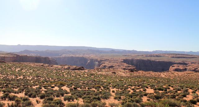 Horseshoe Bend on tällainen vajoama, kuten koko Coloradojoen kanjoni: yhtäkkiä melko tasaisessa maastossa on pudotus.