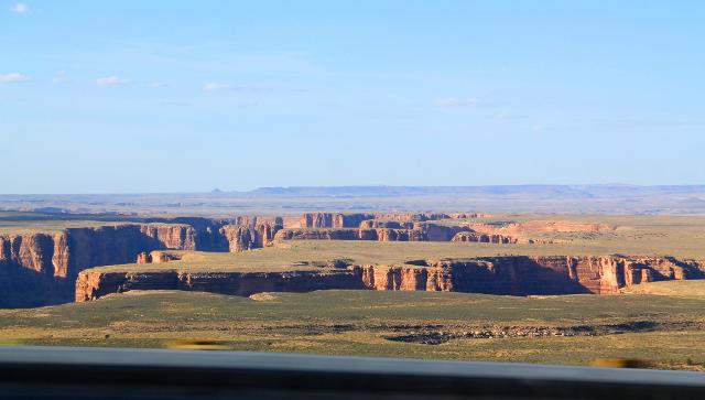 Tässä näkyy mielenkiintoisesti miten kanjoni tosiaan putoaa yhtäkkiä tasaisesta maisemasta. Pohjalla virtaa Coloradojoen sivuhaara 64-tien vierellä.