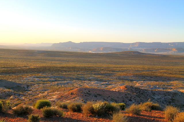 Maisema heti Pagen jälkeen jos jatkaisi pohjoiseen ja esim. Grand Canyonin pohjoisreunalle.