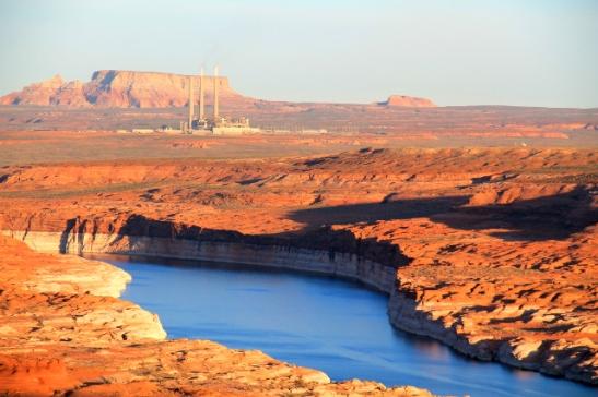 Aavikkoa, jokea ja joku tehdas tai voimalaitos.