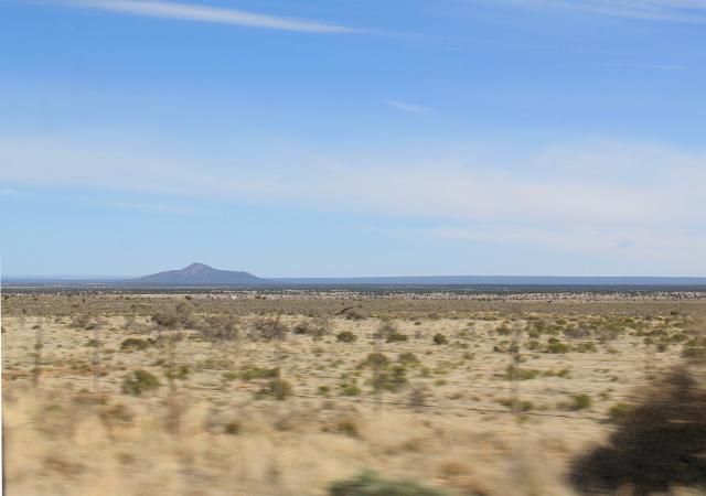 Kuivaa tasankoa Flagstaffin jälkeen. Aikalailla tämmöisestä maastosta yhtäkkiä alkaakin huikea Grand Canyonin kanjoni.