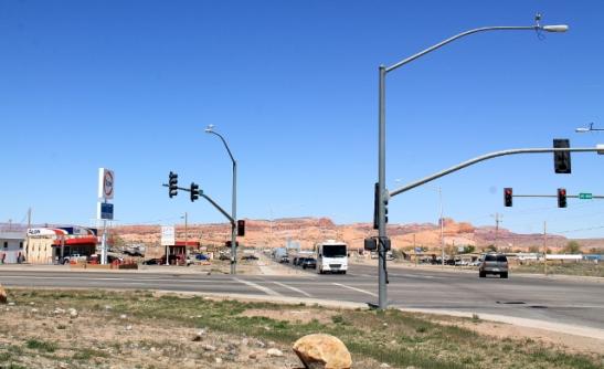 Risteys. Nuo autot tulevat suunnasta, jonne käännytään (kuvassa vasemmalta) Monument Valleyhin Pagesta tullessa.