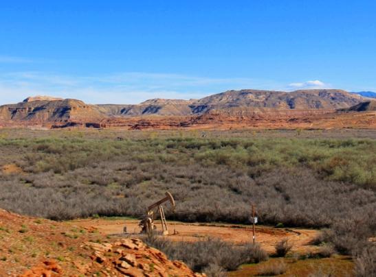 Utahin puolella oli öljyalue, pieniä pumppuja ja öljysäiliöitä oli siellä täällä.