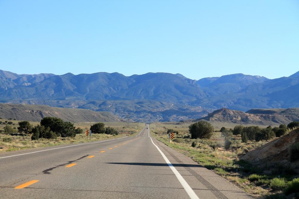 Rajamaat ovat näiden osavaltioiden syrjämaita myös. Tyhjää tietä New Mexicossa tiellä 160 ennen kääntymistä vasemmalle 64-tielle.
