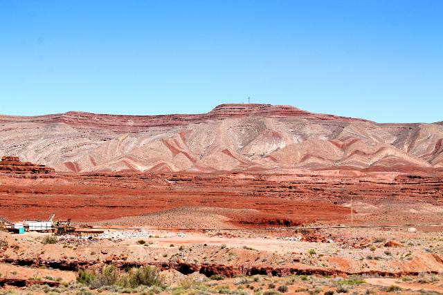 Painted desertiä oli tämäkin kallioseinämä maalatun näköisine kuivioineen, vaikka varsinainen Painted desert ehkä sijaitsee hieman etelämpänä Arizonassa kuin tässä Utahin puolella rajaa.