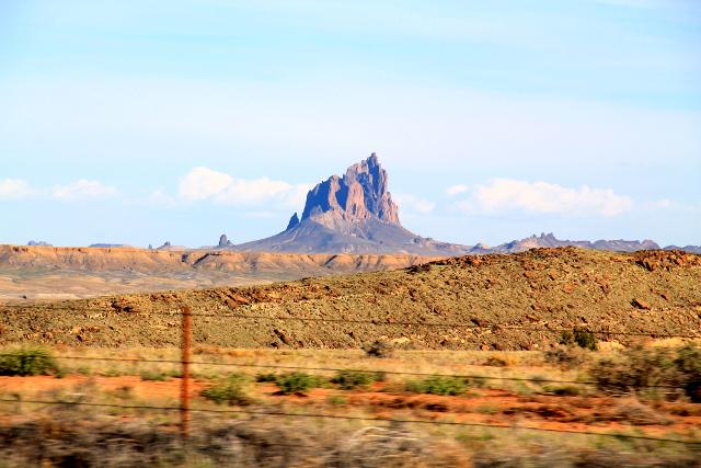 Shiprock. New Mexicon kartasta löytyy myös sen niminen kylä/pikku kaupunki kivimonumentin läheltä.