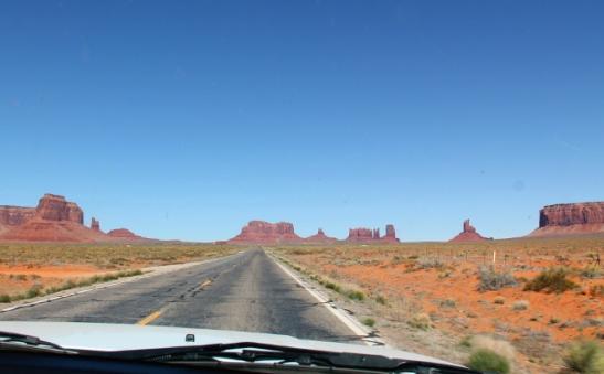 Monument Valleyn monumentteja näkee myös tien varrella.