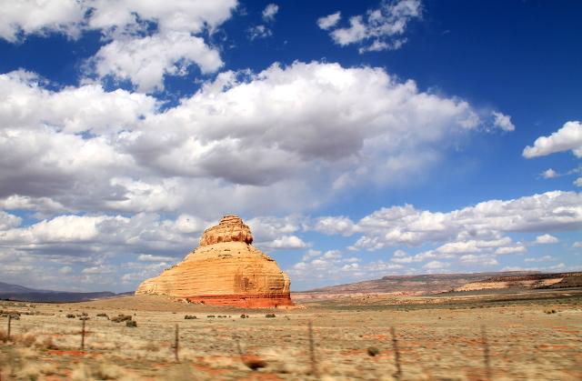 Tämmöisiä maiseman keskellä olevia kalliotötteröitä kutsutaan butteiksi.