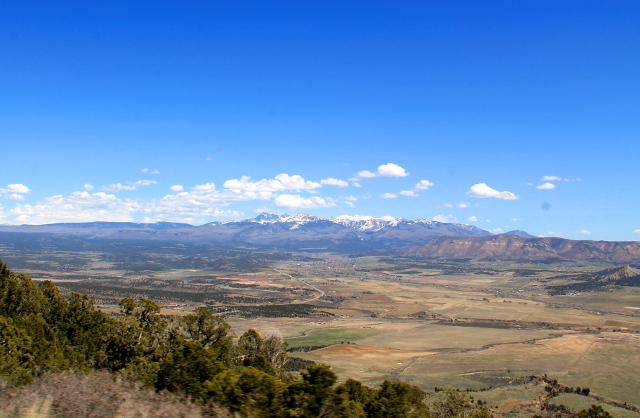 Mesa Verden kansallispuisto on pöytävuori vähän tasaisemman maaston keskellä. Kauempana näkyy Kalliovuoret.