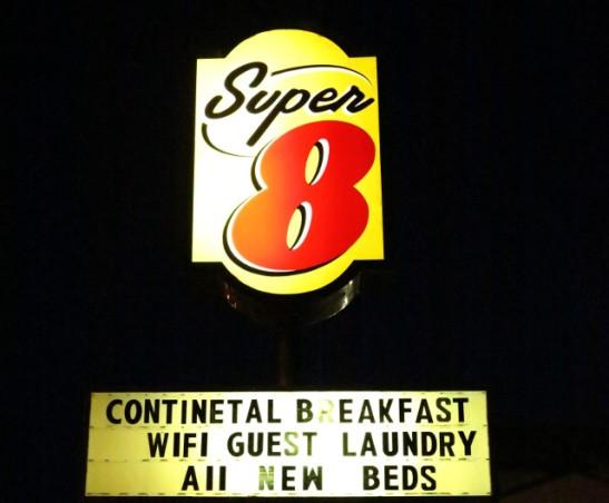 Motellimme Cortezissa. Jenkkilän matkan aikana majotuimme monesti Super 8 -motelleihin, jotka olivat vähän parempia kuin 6-motellit, mutta halvempia kuin monet muut.