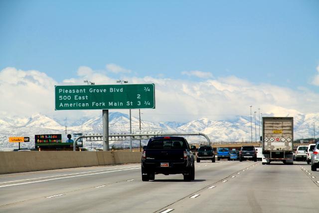 Salt Lake Citya halkoo korotetulla tasolla kulkeva moottoritie.